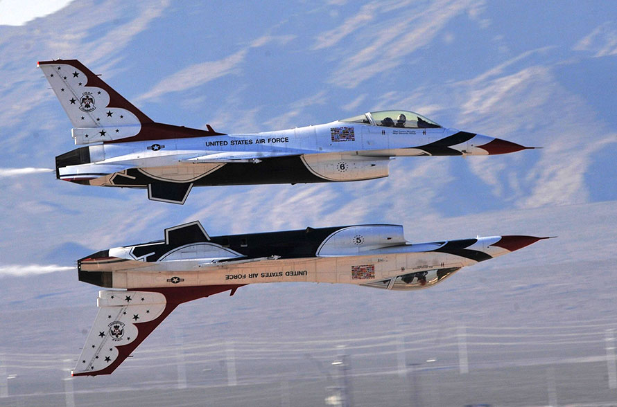Jet Friday: USAF Thunderbirds Lifting Up The Airshow Crowd